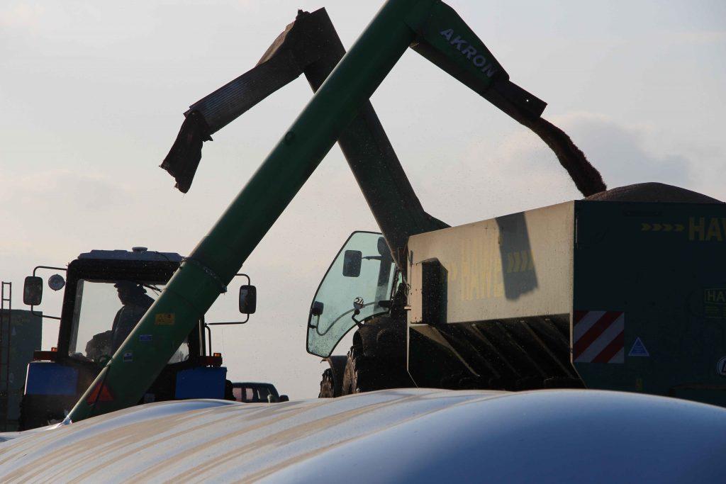 Розвантаження полімерних рукавів для зберігання зерна і силосу